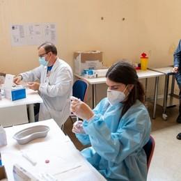 Fontana: «In Lombardia la media è di 47 mila vaccinazioni al giorno. La fascia 70-79 anni sarà completata in 2 settimane»