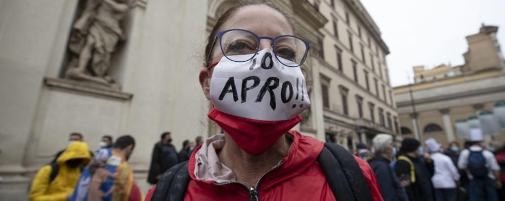 Nelle piazze le proteste  dei meno garantiti Chi specula e il nodo vaccini
