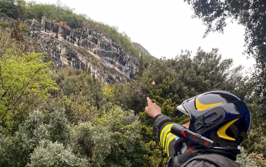 Predore, rocciatori in azione: rimosse le pietre in bilico sulla litoranea. Riapertura non prima di giovedì
