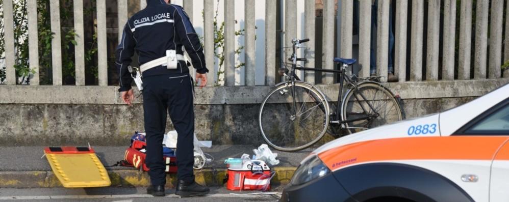 Ciclista di 73 anni urtato da un'auto a due passi da casa: grave in ospedale