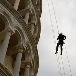 Da Bergamo a Pisa, con le funi per restaurare la mitica torre - Il video