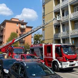 Via dei Carpinoni, prende fuoco la cucina di un'abitazione. L'allarme lanciato dai vicini - Foto