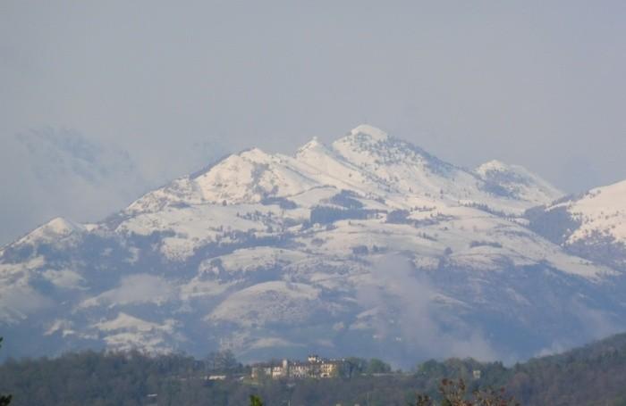 E con il freddo è arrivata ancora la neve. La foto del Pizzo Formico fotografato da Orio al Serio e dalla Via Lunga a Seriate. la foto di una nostra lettrice, Nicoletta Cremaschi