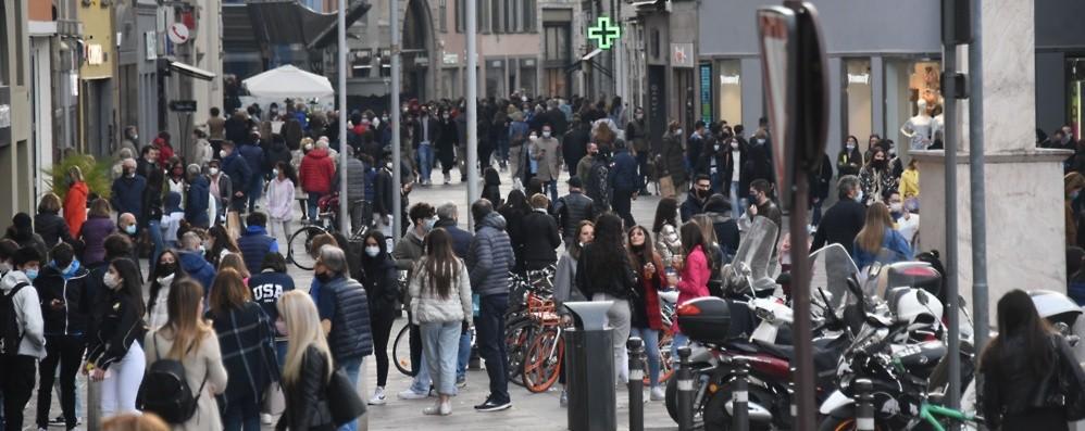Bergamo, sabato di assembramenti in centro, pienone anche in Città Alta- Foto