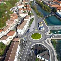 Ex 671, al via i lavori per la nuova rotatoria a Ponte Nossa. «Ridurrà gli incidenti»