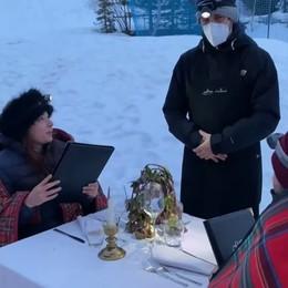 Ristoranti e tavoli all'aperto, da Foppolo la stoccata con un video ironico: una cena romantica... al gelo