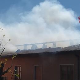 Brucia un tetto di eternit e legno a Brembate: casa inagibile, non ci sono feriti - Le foto