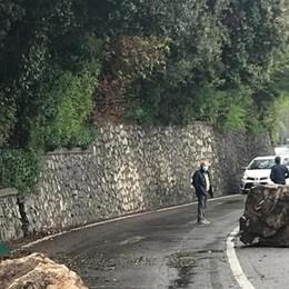 Cadono due massi sulla strada: chiusa la ex 469 tra Predore e Tavernola
