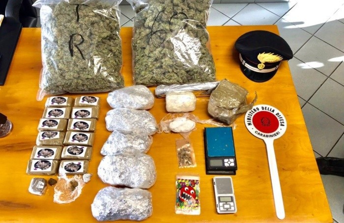 La droga e gli oggetti sequestrati dai Carabinieri