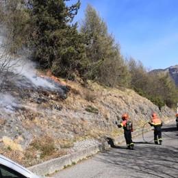 Incendio boschivo, soccorsi in azione sulle pendici del monte Farno - Foto e video
