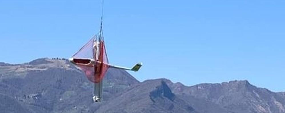 Recuperato con un elicottero l'aliante finito tra gli alberi durante un atterraggio d'emergenza in Val Gandino
