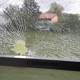 Sasso contro il finestrino, paura sul treno a Verdello: tre viaggiatori colpiti dalle schegge, nessun ferito