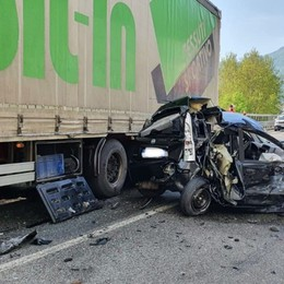 Albino, impatto con due camion sulla Provinciale: auto distrutta, un ferito lieve