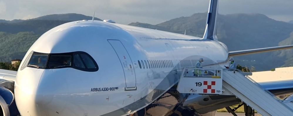 Atterrato a Orio il volo dall'India con 146 passeggeri, controlli e isolamento per 10 giorni nei Covid Hotel - Video