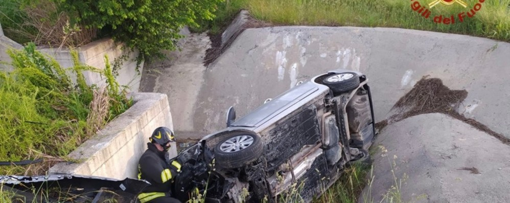 Bariano, si ribalta con l'auto in un fosso: salvato dai Vigili del fuoco - Le foto