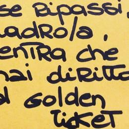 Bergamo, ladro ruba nel cortile del negozio. «Se ripassi entra, hai diritto al Golden Ticket»