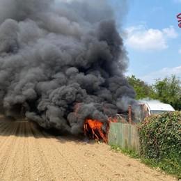 Brucia un furgone a Romano - Video Arrivano i Vigili del fuoco, nessun ferito