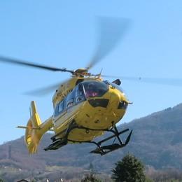 Cade da una scala a Riva di Solto. Grave 29enne, trasportato con l'elisoccorso in ospedale