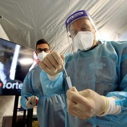 Covid in Italia: 11.807 nuovi casi e 258 decessi in 24 ore. Giù i ricoveri