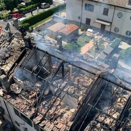 Dalmine, in fiamme il tetto di una casa: nessun ferito, danni ingenti - Foto e video