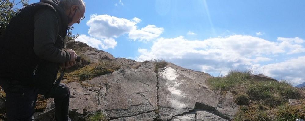 Graffiti sulle rocce, la Preistoria riaffiora a Costa Volpino: «Ed è solo l'inizio»