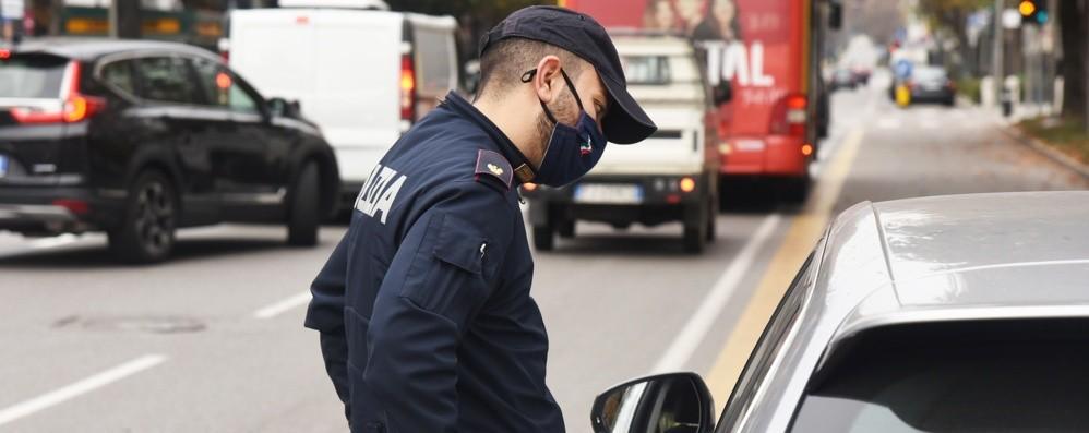 Noleggio con conducente abusivo e furgone modificato, 600 euro di multa a un 72enne