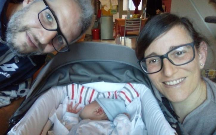 Operata al seno, allatta il suo bimbo. «Messaggio di speranza alle donne»