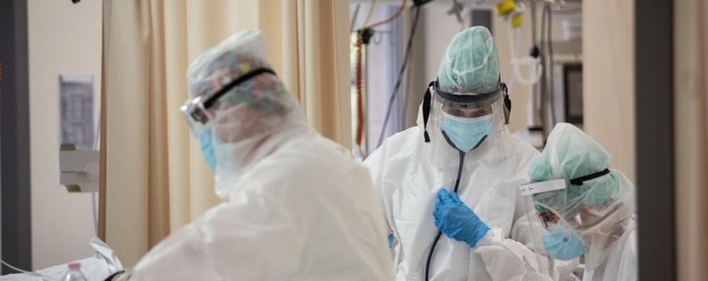 Ospedali, in un mese dimezzati i degenti Covid. Interventi ordinari al 70%