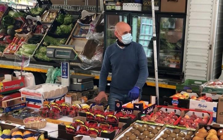 Sacchetti vietati, 5 mila euro di multa al fruttivendolo