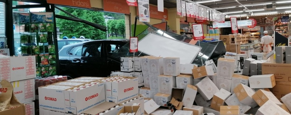 San Giovanni Bianco, un'auto piomba nel supermercato: vetrata distrutta, nessun ferito