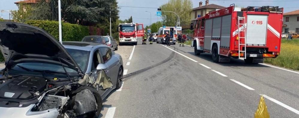 Schianto a Madone, due feriti non gravi. In azione i Vigili del fuoco