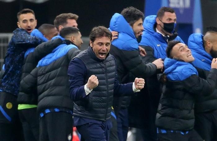 Antonio Conte esulta per lo scudetto all'Inter
