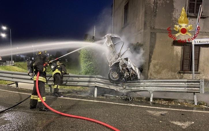 Suisio, auto fuori strada prende fuoco. In ospedale un 23enne, non è grave -Foto