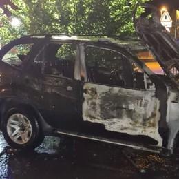 Terno d'Isola, auto in sosta in fiamme, intervengono i Vigili del fuoco