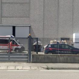 Un'altra vittima sul lavoro: muore a 53 anni urtato da un camion in una ditta di Spirano