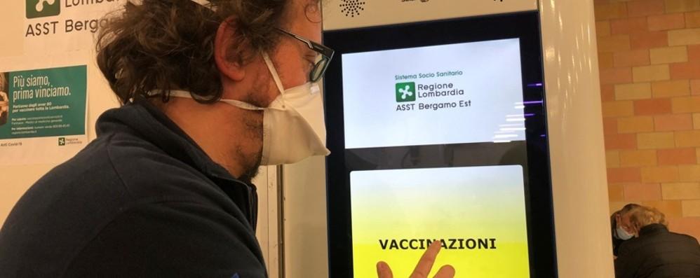 Vaccinazioni anti Covid per la fascia 60-64 anni: già prenotati 154 mila lombardi