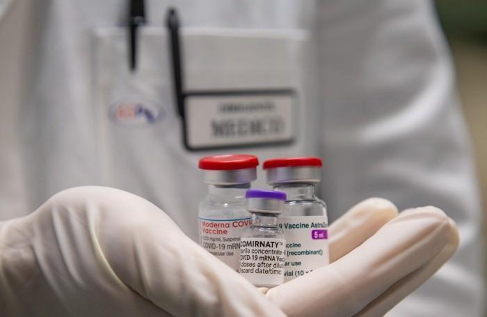 I vaccini anti Covid-19 AstraZeneca, Pfizer e Moderna nel punto vaccinale all'interno delle tende donate all'Italia dal Qatar nei pressi dell'ospedale San Carlo di Potenza, 17 marzo 2021. ANSA/TONY VECE
