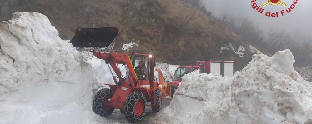 Ancora neve al passo San Marco, lo sgombero con i vigili del fuoco - Video