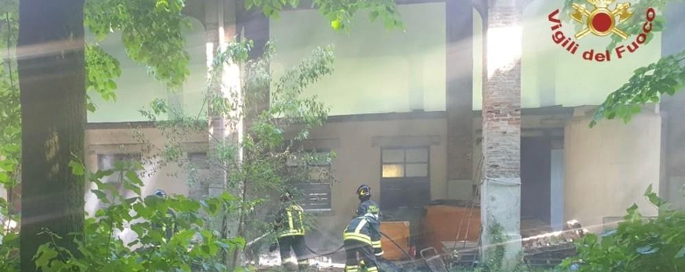 Cavernago, a fuoco una trentina di pannelli isolanti  in una corte abbandonata - Foto e video
