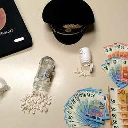 Fuga a zig zag con l'auto nella notte: preso con 90 grammi di cocaina