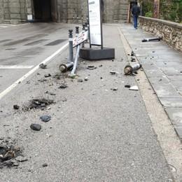 Porta S. Agostino, auto abbatte tre piloni e un cartello stradale poi fugge: al vaglio le telecamere