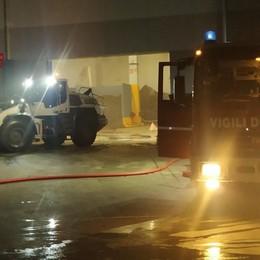 Prende fuoco nella notte un deposito di materiali a Calusco: Vigili del fuoco in azione