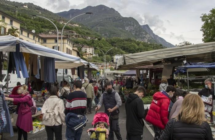 Il mercato a Lovere nella mattinata di sabato 1 maggio