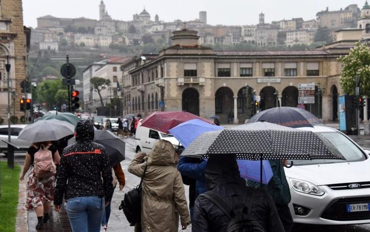 Primo Maggio sotto la pioggia: la beffa per i ristoratori. Negozi aperti in centro
