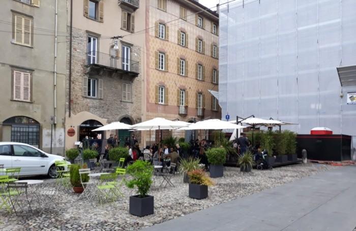 I dehor all'aperto in Città Alta: c'è chi pranza nonostante la pioggia