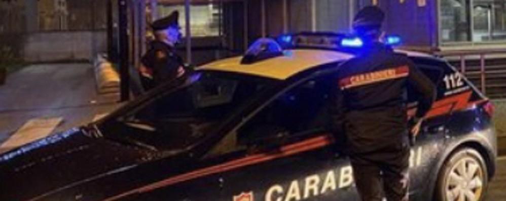 Scoperto a rubare bici nella notte, minaccia i proprietari con un coltello: arrestato