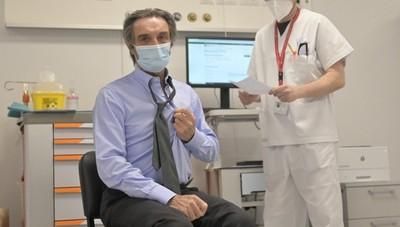 Vaccinazioni anti Covid, prima dose di AstraZeneca per Fontana