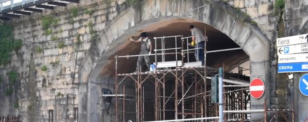 Bergamo, lavori al sottopasso della ferrovia in dirittura d'arrivo, ultimi disagi