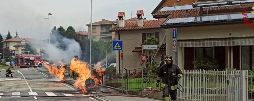 Almenno, trivella trancia i tubi del gas: fiamme in strada - Foto e video
