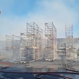 Bagnatica, rogo nel piazzale di una ditta: fiamme domate, nessun ferito - Foto e video